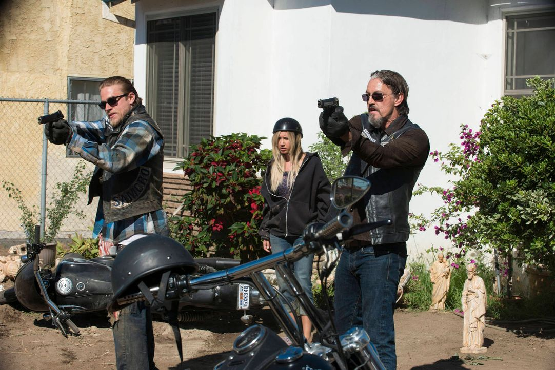 Jax (Charlie Hunnam, l.) und Chibs (Tommy Flanagan, r.) setzen sich für die Prostituierte Emma Jean (Ashley Tisdale, M.) ein und machen sich so neue... - Bildquelle: 2012 Twentieth Century Fox Film Corporation and Bluebush Productions, LLC. All rights reserved.