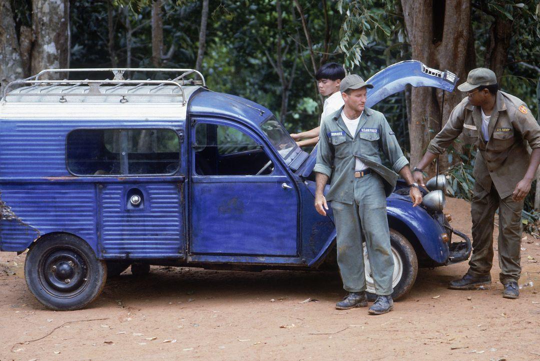 Tuan (Tung T. Tran, l.), Adrian Cronauer (Robin Williams, M.) und Edward Garlick (Forest Whitaker, r.) versuchen, den Wagen wieder zum Laufen zu bri... - Bildquelle: Touchstone Pictures
