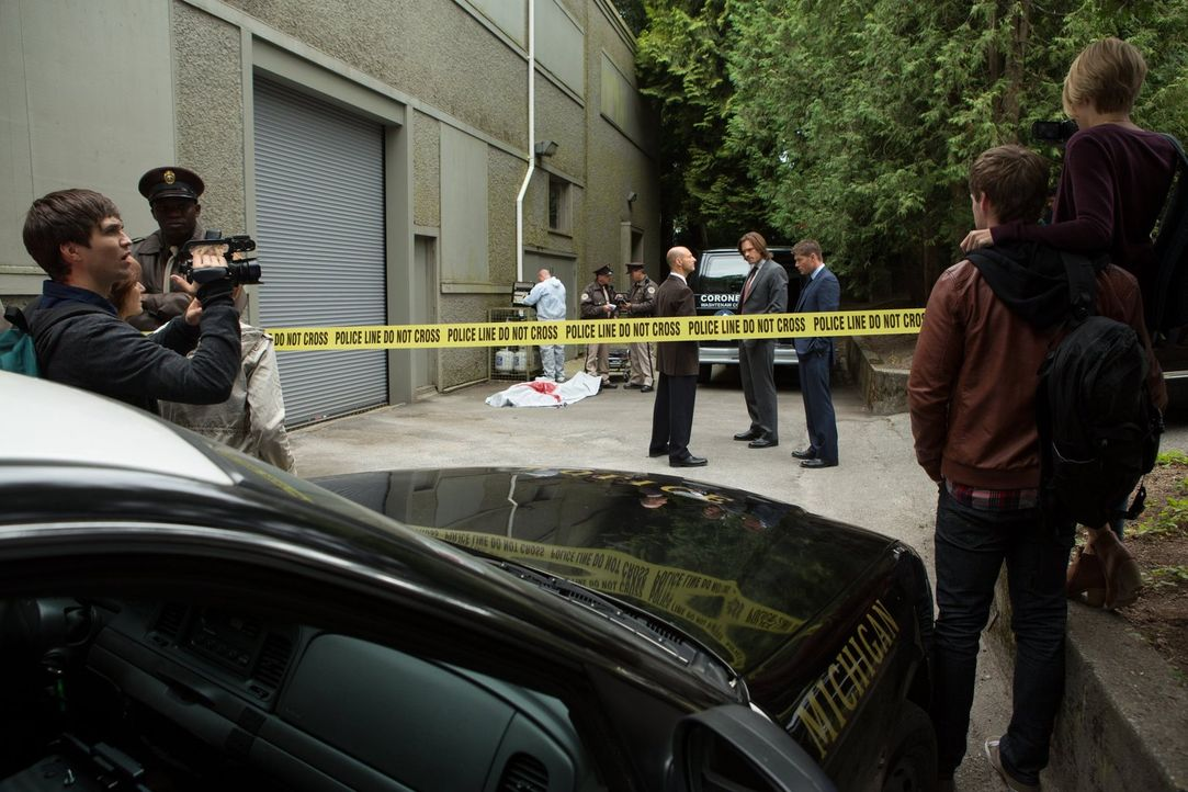 Brian (Leigh Parker, l.), Kate (Brit Sheridan, r.) und Michael (Brandon Jones, 2.v.r.) versuchen, so viele Informationen über einen Campusmord zu be... - Bildquelle: Warner Bros. Television