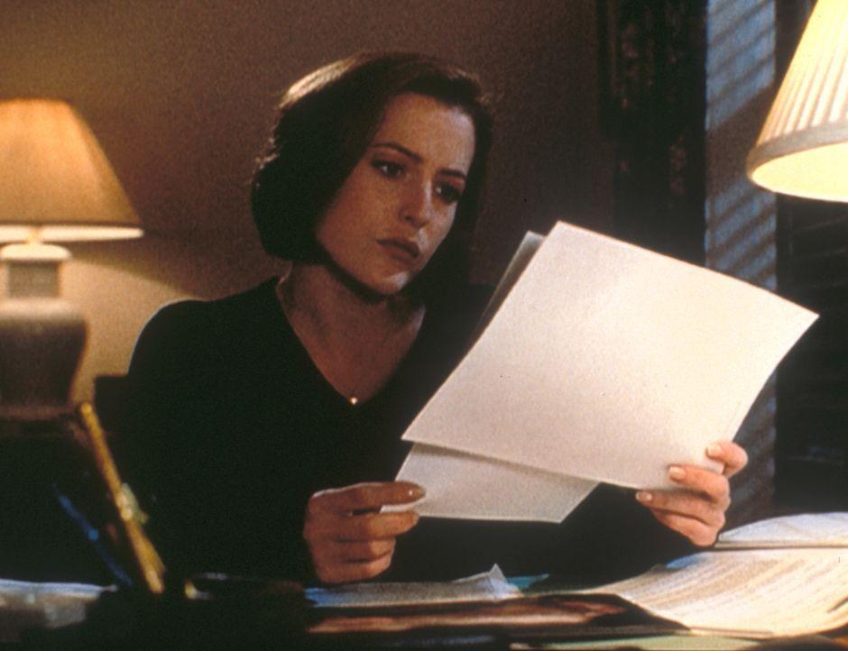 Scully (Gillian Anderson) entdeckt beim Betrachten von Fotos der Opfer, dass sie alle in derselben knieenden Haltung gefunden wurden und als einzige... - Bildquelle: TM +   2000 Twentieth Century Fox Film Corporation. All Rights Reserved.