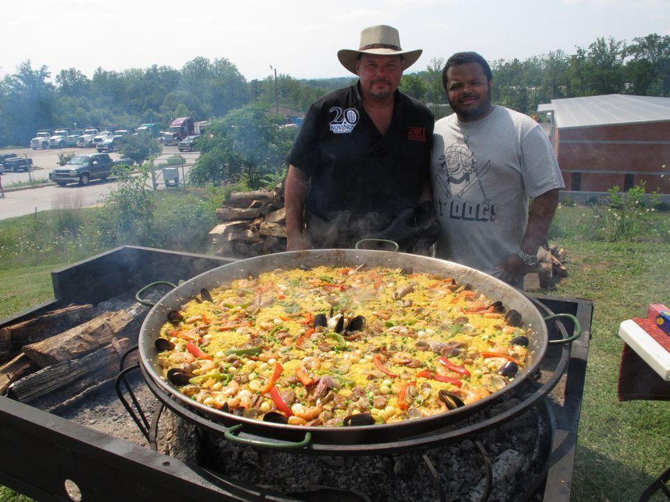 (1. Staffel) - Der kanadische Chefkoch und Moderator Roger Mooking (r.) besucht Hobbyköche, Grillmeister und Küchenchefs in den Vereinigten Staaten,... - Bildquelle: Irene Wong 2012, Cooking Channel, LLC. All Rights Reserved.