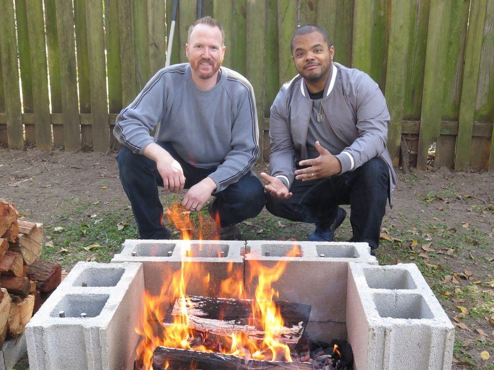 Drehbraten auf unkonventionelle Art: Gemeinsam mit Chefkoch Craig Deihl (l.) röstet Roger Mooking (r.) 12 Enten und 12 Hähnchen an einem manuellen D... - Bildquelle: 2016,Cooking Channel, LLC. All Rights Reserved.