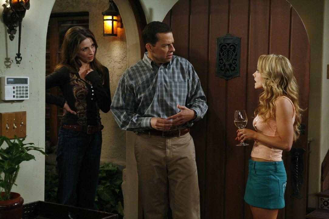 Judith (Marin Hinkle, l.) und Alan (Jon Cryer, M.) sind überrascht, als sie feststellen müssen, dass Melissa (Kelly Stables, r.) übers Wochenende be... - Bildquelle: Warner Brothers Entertainment Inc.