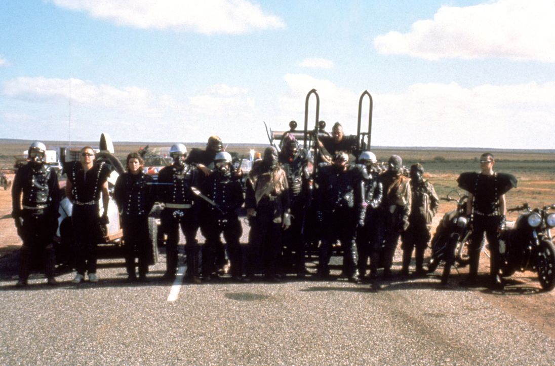 Die Konstrukteure einer kleinen Öl-Raffinerie werden von einer brutalen Motorrad-Bande unter der Führung des sagenumwobenen Humungus belagert. - Bildquelle: Warner Bros.