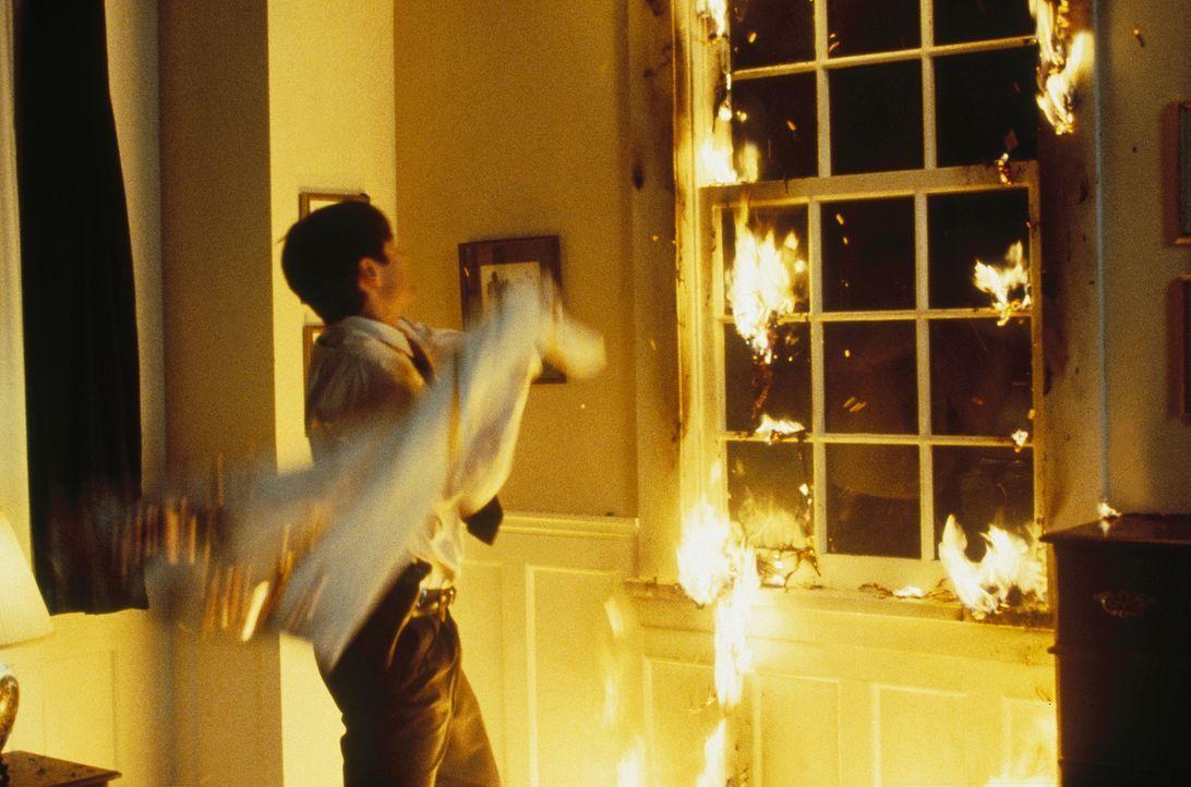 Mulder (David Duchovny) hat sichtlich Mühe, das Flammenmeer zu löschen. - Bildquelle: TM +   Twentieth Century Fox Film Corporation. All Rights Reserved.