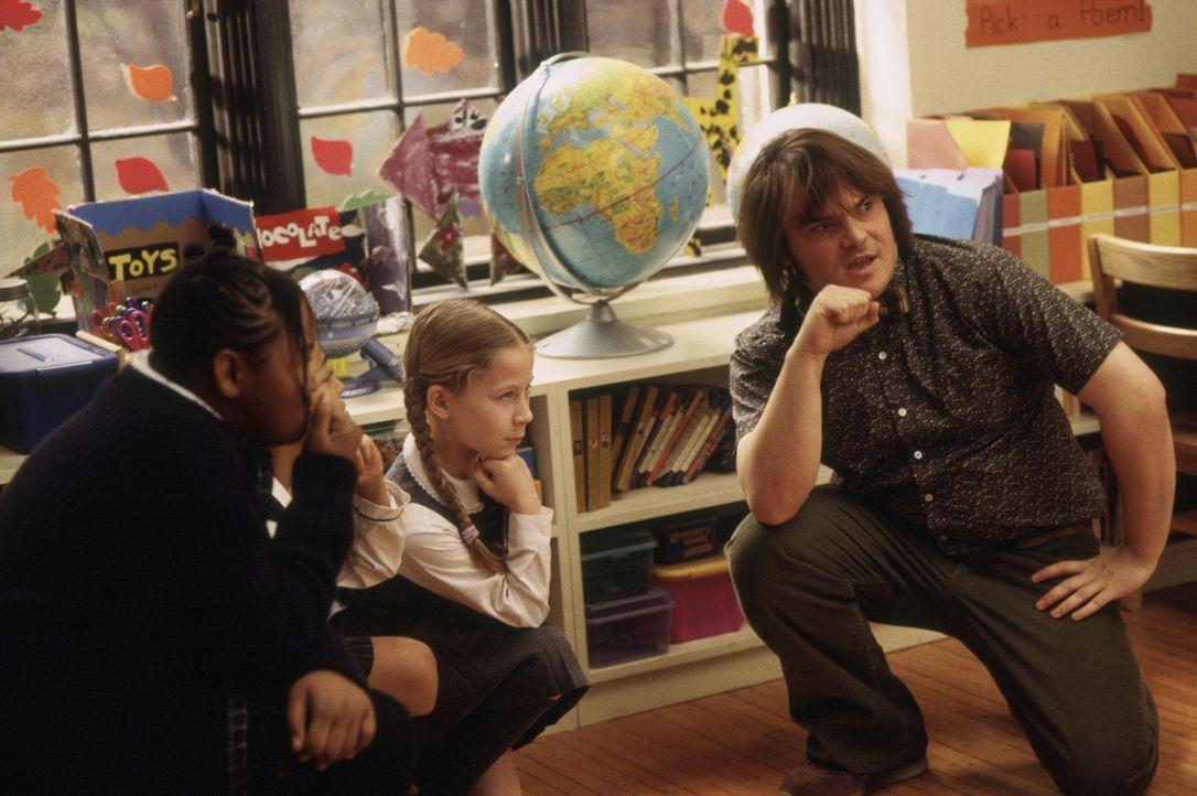 Zunächst beschränkt sich Dewey Finns (Jack Black, r.) Engagement als Lehrer darauf, zu warten bis der Schulalltag zu Ende ist. Doch dann macht er ei... - Bildquelle: Paramount Pictures