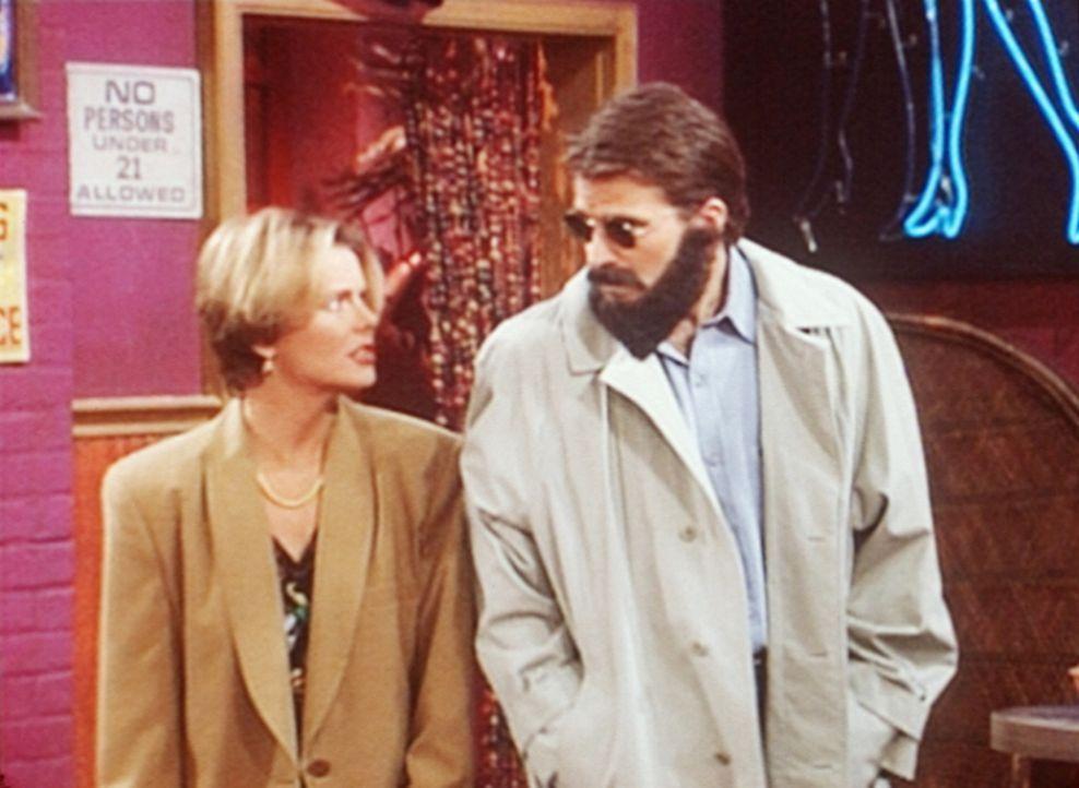 Marcy (Amanda Bearse, l.) zwingt Jefferson (Ted McGinley, r.), sie in die Striptease-Bar zu begleiten. - Bildquelle: Sony Pictures Television International. All Rights Reserved.