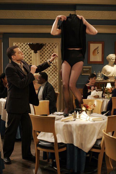 Evelyn zwingt Alan (Jon Cryer, l.) zu einem Doppeldate mit ihrem neuen Freund und dessen Tochter Trudy (Chloe Webb, r.). Er ist einverstanden, weil... - Bildquelle: Warner Brothers Entertainment Inc.
