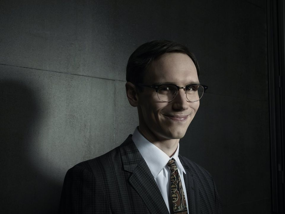 (1. Staffel) - Der brillante Wissenschaftler der Gerichtsmedizin des Gotham Police Departments: Edward Nygma (Cory Michael Smith). Doch auf welcher... - Bildquelle: Warner Bros. Entertainment, Inc.