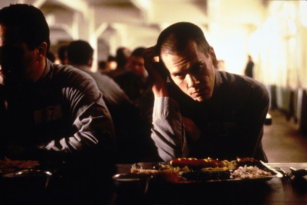 Nach drei Jahren Isolationshaft ist Henri Young (Kevin Bacon, r.) ein psychisches Wrack. Der Gang in den hellen Speisesaal, das Licht, die Geräusche... - Bildquelle: Warner Bros.