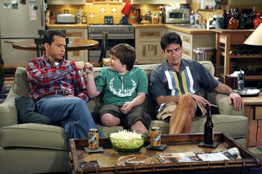 Männerabend: Alan (Jon Cryer, l.), Jake (Angus T. Jones, M.) und Charlie (Charlie Sheen, r.) ... - Bildquelle: Warner Brothers Entertainment Inc.