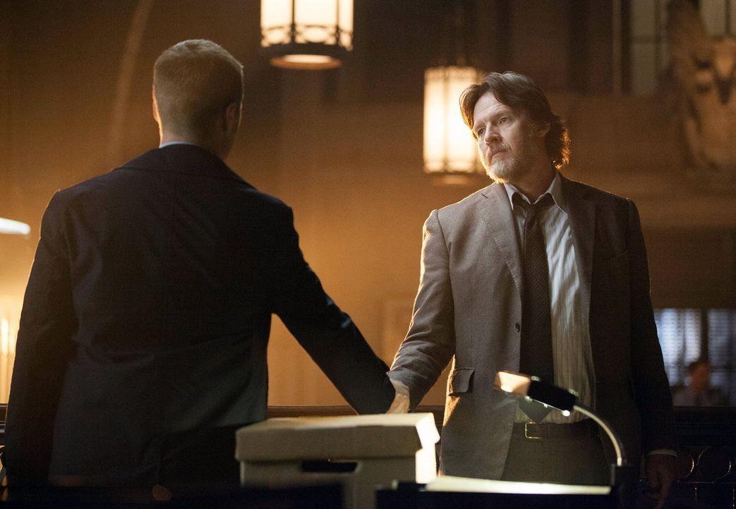 Gordon (Ben McKenzie, l.) muss sich von seinem Kollegen Bullock (Donal Logue, r.) verabschieden, da er einen Fehler begangen hat, der zu einer Verse... - Bildquelle: Warner Bros. Entertainment, Inc.