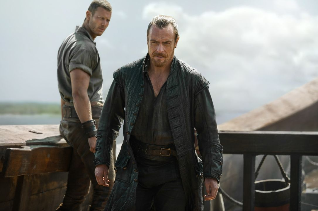 Um den Gouverneur Peter Ashe für eine unabhängige Piratennation zu gewinnen, macht sich Kapitän Flint (Toby Stephens, r.) mit Billy (Tom Hopper, l.)... - Bildquelle: 2015 Starz Entertainment LLC, All rights reserved.