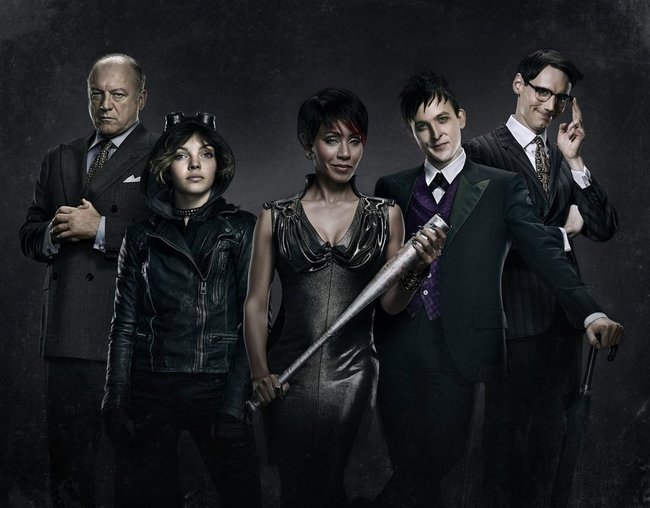 "(1. Staffel) - Treiben in Gotham ihr Unwesen: Fish Mooney (Jada Pinkett Smith, M.), Oswald ""Penguin"" Cobblepot (Robin Lord Taylor, 2.v.r.), Selina ""... - Bildquelle: Warner Bros. Entertainment, Inc."