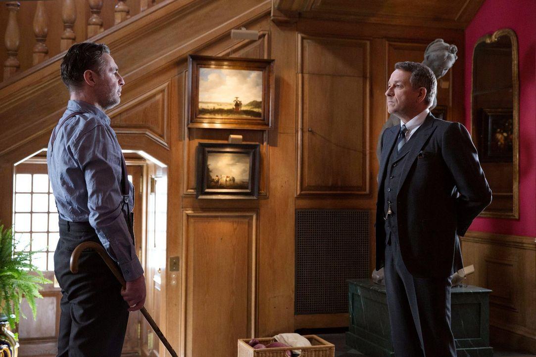 Alfred (Sean Pertwee, r.) erhält überraschend Besuch von seinem alten Bekannten Reggie (David O'Hara, l.), den er seit über 20 Jahren nicht gesehen... - Bildquelle: Warner Bros. Entertainment, Inc.