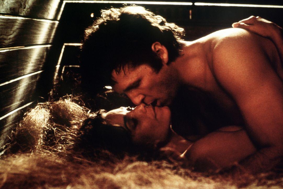Jenny (Karen Allen, l.) entwickelt immer stärkere Gefühle für den Außerirdischen Starman (Jeff Bridges, r.), doch ihm bleibt nur noch wenig Zeit, um... - Bildquelle: Columbia Pictures