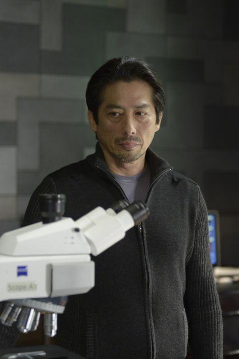 Steckt wirklich Dr. Hatake (Hiroyuki Sanada) hinter dem Verschwinden des Affen-Leichnams? - Bildquelle: 2014 Sony Pictures Television Inc. All Rights Reserved.
