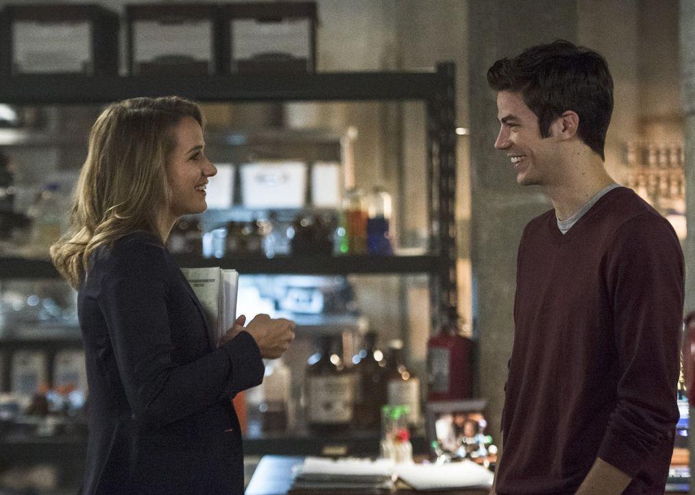 Patty (Shantel VanSanten, l.) und Barry (Grant Gustin, r.) verstehen sich immer besser, aber ein Geheimnis könnte das gute Verhältnis zwischen den b... - Bildquelle: 2015 Warner Brothers.