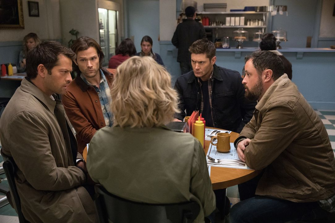 (v.l.n.r.) Castiel (Misha Collins); Sam (Jared Padalecki); Mary (Samantha Smith); Dean (Jensen Ackles); Wally (Donavon Stinson) - Bildquelle: Jack Rowand 2016 The CW Network, LLC. All Rights Reserved/Jack Rowand