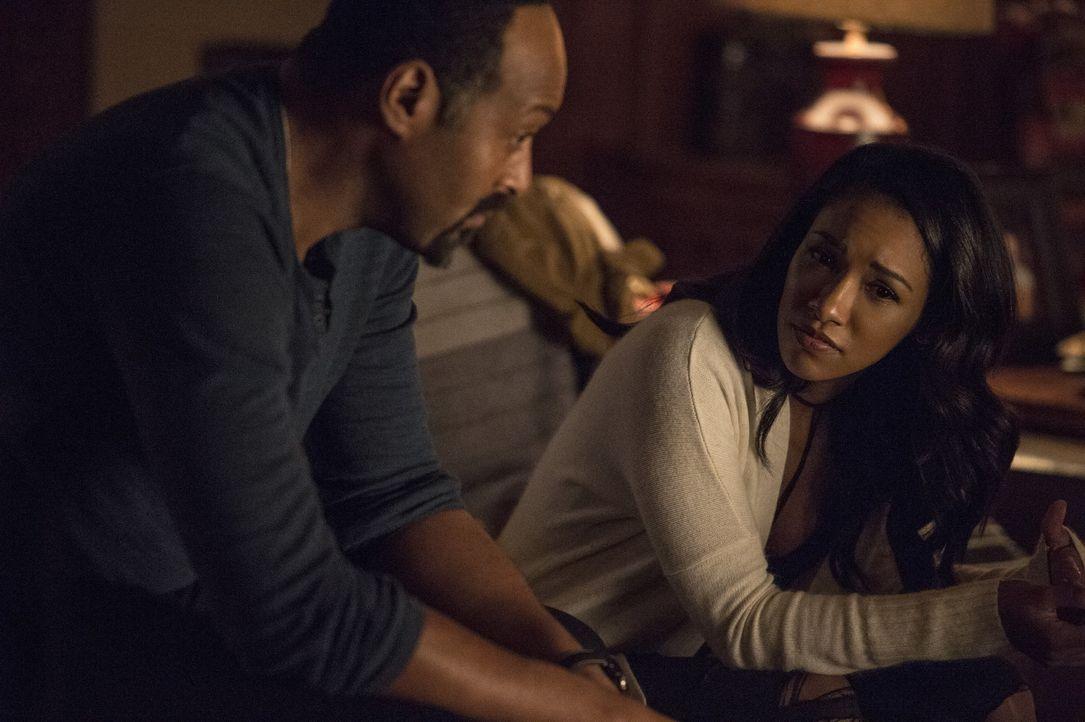 Nach und nach wird Joe (Jesse L. Martin, l.) und Iris (Candice Patton, r.) bewusst, dass Barry auf der Erde 2 etwas erlebt habe muss, dass ihn einfa... - Bildquelle: Warner Bros. Entertainment, Inc.