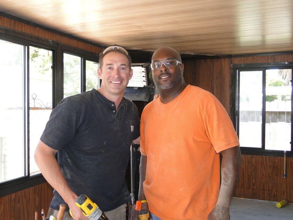 Gemeinsam wollen Chris (r.) und Josh (l.) einen verunstalteten Raum in eine moderne Männerhöhle verwandeln ... - Bildquelle: 2009, DIY Network/Scripps Networks, LLC