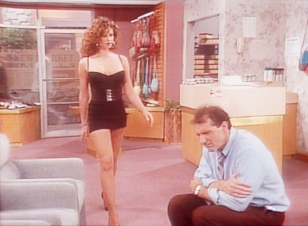 Die attraktive Rhonda (Robin Angers, l.) bittet Al (Ed O'Neill, r.), in seinem Schuhladen einen Schönheitswettbewerb ausrichten zu dürfen. - Bildquelle: Sony Pictures Television International. All Rights Reserved.