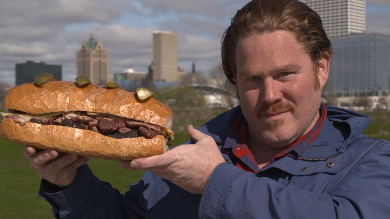Casey Webb muss sich in Milwaukee einer Challenge mit einem zwei Kilo schweren Reuben-Sandwich stellen. Wird er den Kampf gewinnen? - Bildquelle: 2017,The Travel Channel, L.L.C. All Rights Reserved.