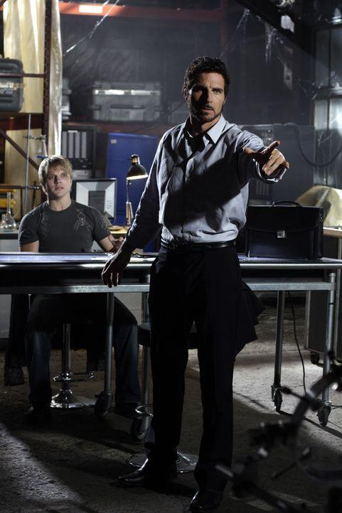 Callister Raynes (David Paetkau, l.), ein junger Programmierer, kehrt zurück nach Eureka. Alles über sein früheres Leben bleibt ziemlich im Dunkeln,... - Bildquelle: Universal Television