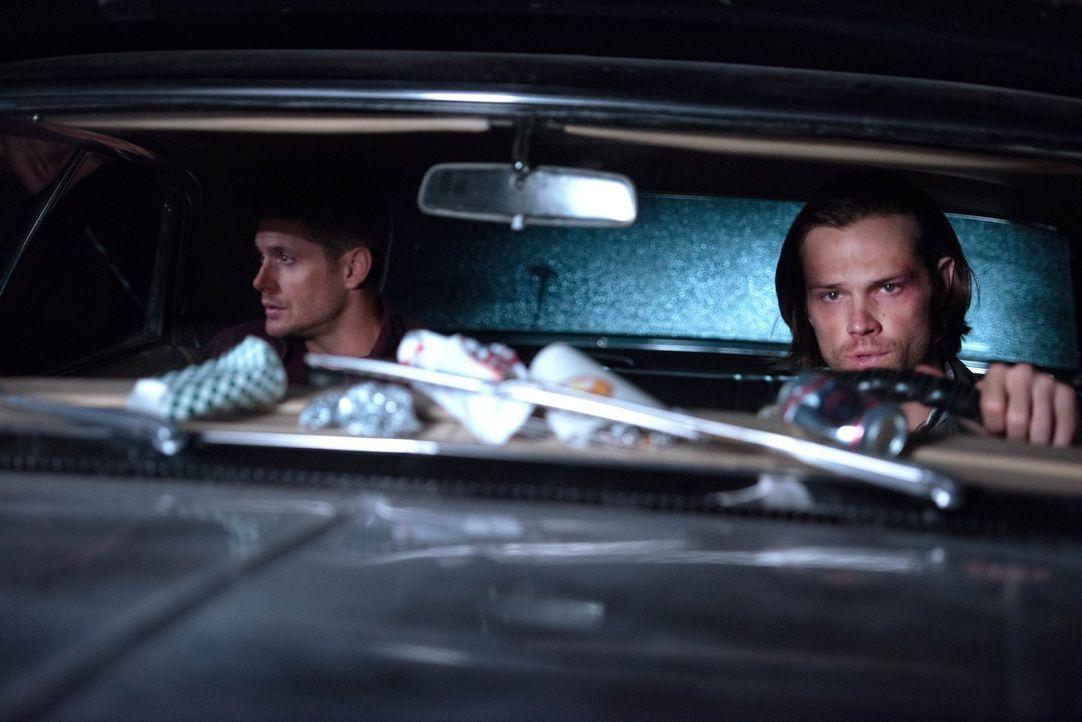 Wird sich Sam (Jared Padalecki, r.) tatsächlich mal wieder auf einen Deal mit dem Teufel einlassen, um Dean (Jensen Ackles, l.) endlich nach Hause h... - Bildquelle: 2016 Warner Brothers