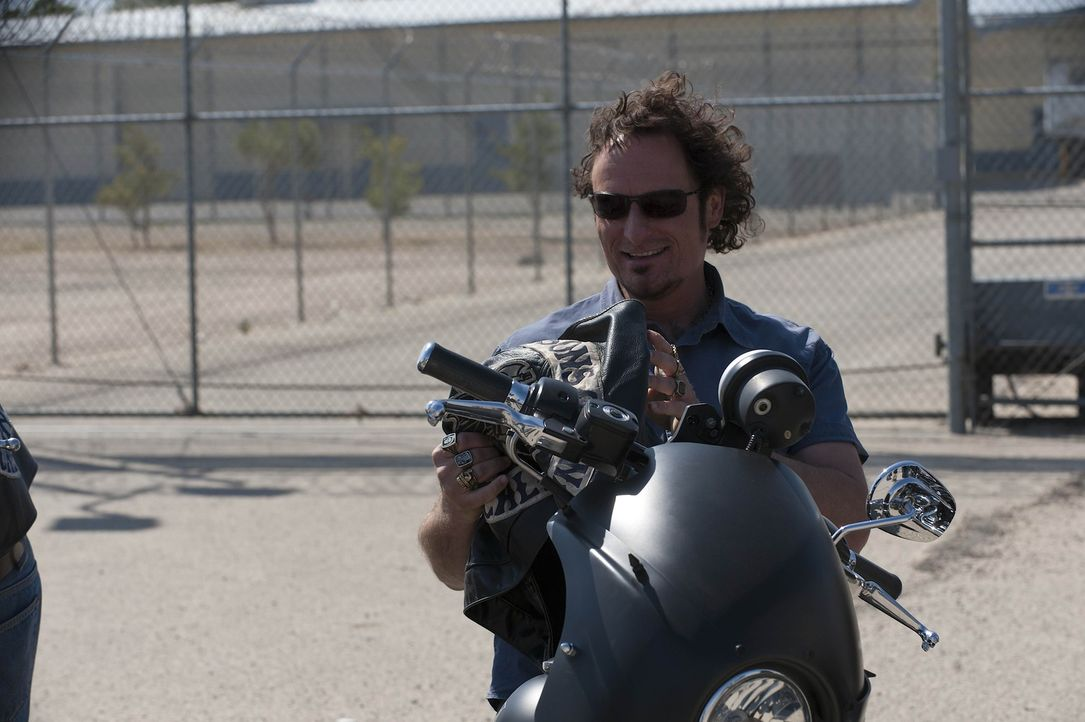 Nach 14 Monaten Knast genießt Tig (Kim Coates) die Freiheit und das Motorradclub Leben ... - Bildquelle: 2011 Twentieth Century Fox Film Corporation and Bluebush Productions, LLC. All rights reserved.