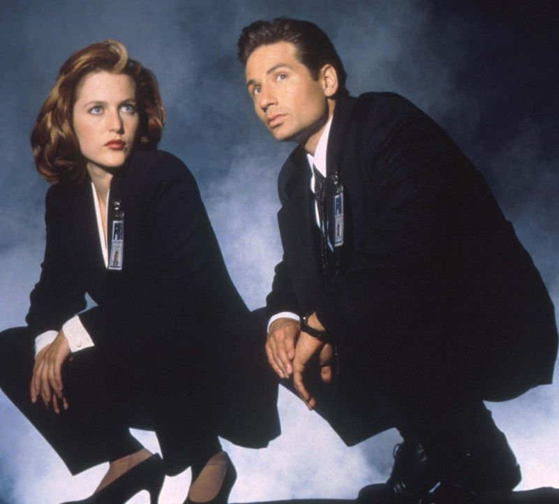 (3. Staffel) - Mit der Aufklärung ungewöhnlicher Ereignisse, den so genannten X-Akten, sind die FBI-Agenten Fox Mulder (David Duchovny, r.) und Dana... - Bildquelle: TM +   2000 Twentieth Century Fox Film Corporation. All Rights Reserved.