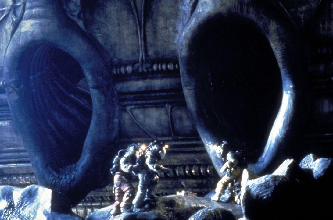 """Ein Trupp des """"Nostrodomo"""" betritt das Innere des gigantischen Raumschiffs ... - Bildquelle: 20th Century Fox of Germany"""