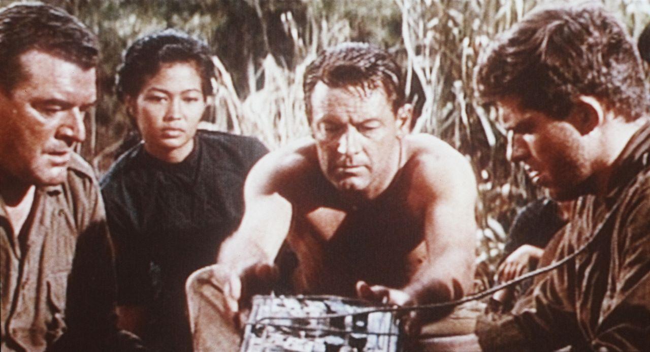Shears (William Holden, M.), Major Warden (Jack Hawkins, l.), Yai (M.R.B. Chakrabandhu, 2.v.l.) und Leutnant Joyce (Geoffrey Horne, r.) sind für di...