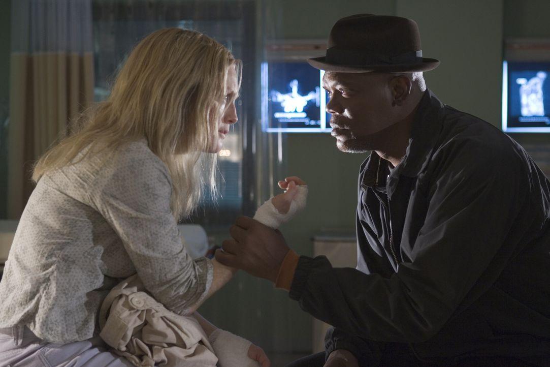 Detective Lorenzo Council (Samuel L. Jackson, r.) kann Brendas (Julianne Moore, l.) Entführungsgeschichte keinen Glauben schenken. Deshalb macht er... - Bildquelle: Sony Pictures Television International. All Rights Reserved.