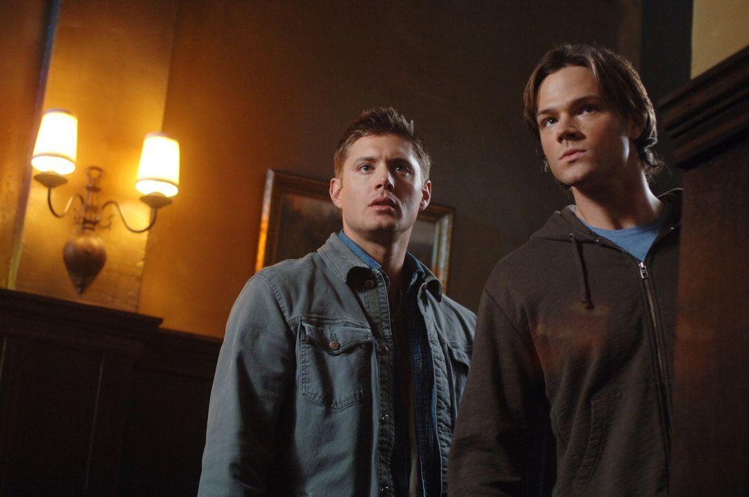 Sam (Jared Padalecki, r.) und Dean (Jensen Ackles, l.) versuchen herauszufinden, warum die Bewohner einer Kleinstadt häufig Nahtod-Erlebnisse haben... - Bildquelle: Warner Bros. Television