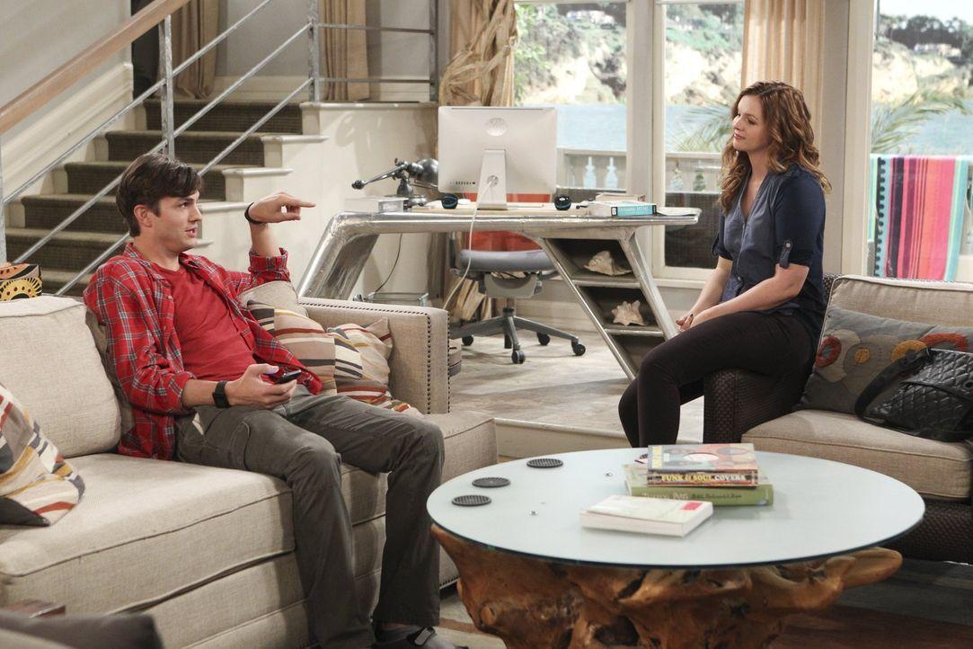 Walden (Ashton Kutcher, l.) hat mit Jenny (Amber Tamblyn, r.) Großes vor, während Alan einen neuen Freund sucht ... - Bildquelle: Warner Bros. Television