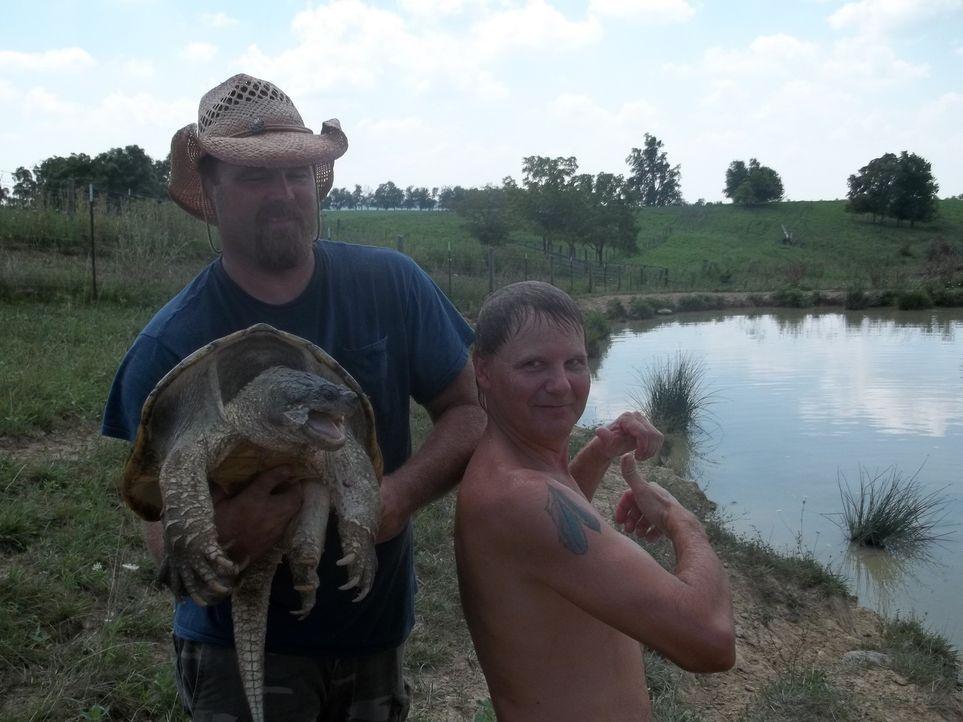 Der Schildkröten-Mann Ernie Brown Jr. (r.) und Jake (l.) sind stolz auf ihren großen Fang ... - Bildquelle: Discovery Communications