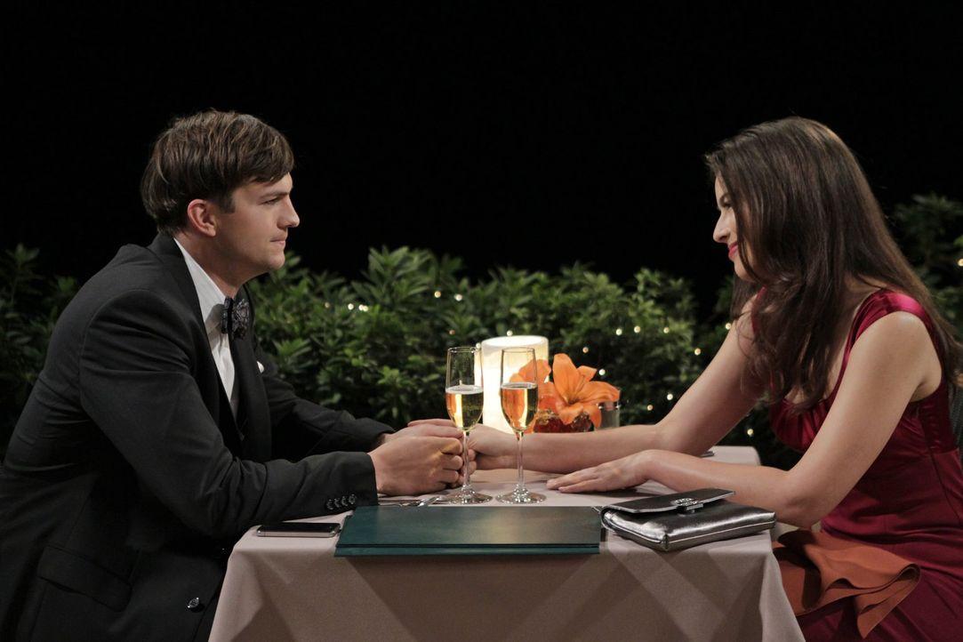 Der bis über beide Ohren verliebte Walden (Ashton Kutcher, l.) plant, Zoey (Sophie Winkleman, r.) zu ihrem Geburtstag einen Heiratsantrag zu machen.... - Bildquelle: Warner Bros. Television