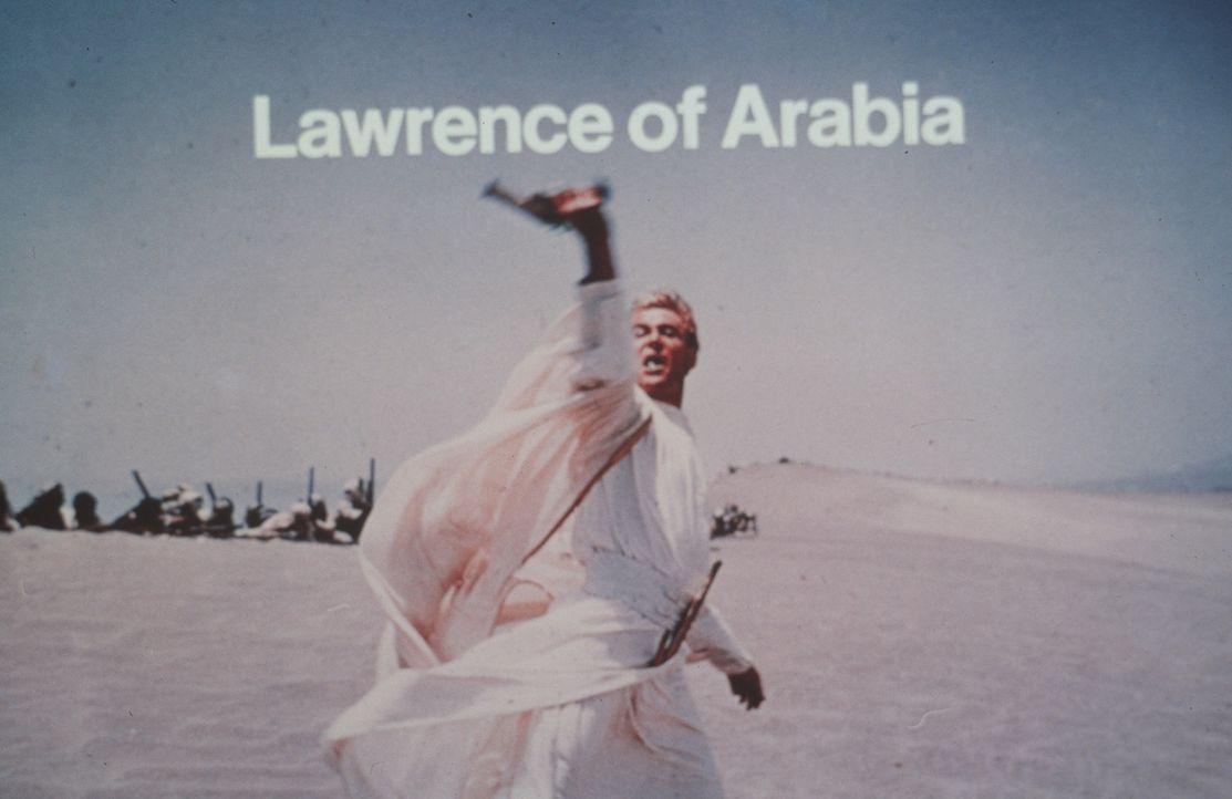 Von den Arabern fast wie ein Heiliger verehrt, wird Lawrence (Peter O'Toole) durch die Reportagen des amerikanischen Kriegskorrespondenten Bentley z... - Bildquelle: Columbia Pictures