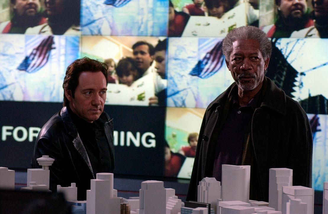 Wollen ein tödliches Wespennest ausheben: Ashford (Morgan Freeman, r.) und Wallace (Kevin Spacey, l.)  ... - Bildquelle: 2005 FILM & ENTERTAINMENT VIP MEDIENFONDS 3 GmbH & Co. KG GmbH