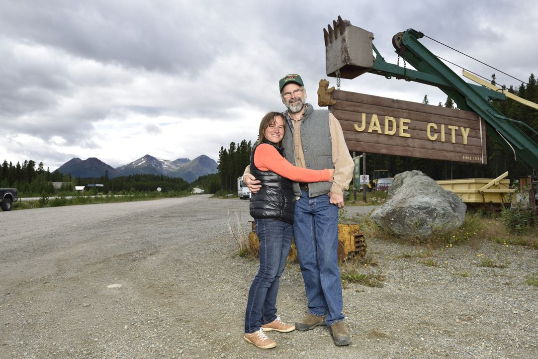 Claudia (l.) und Robin Bunce (r.) leben und arbeiten in Jade City. Eine Gegend, die mit einer beachtlichen Menge des grünen Goldes gesegnet ist ... - Bildquelle: JADE PRODUCTIONS LTD.