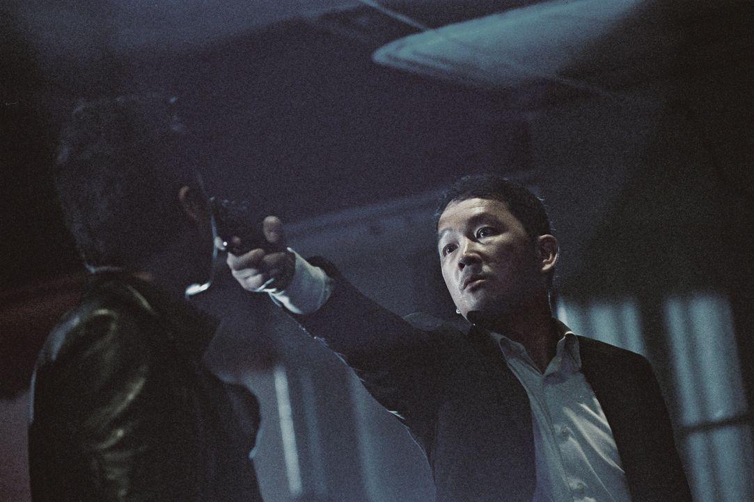 Gerät ins Visier eines eiskalten Todesengel: Inspektor Wah (Kai Chi Liu, r.) ... - Bildquelle: Elite Entertainment Group
