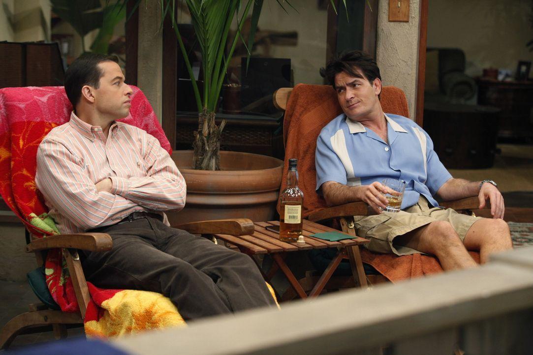 Charlie (Charlie Sheen, r.) ist von Chelsea verlassen worden. Sein Bruder Alan (Jon Cryer, l.) will den Grund dafür erfahren. - Bildquelle: Warner Brothers Entertainment Inc.