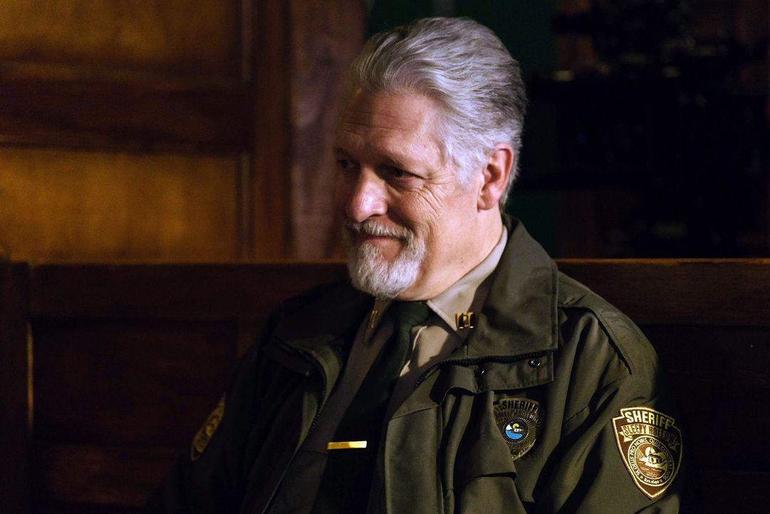Nachdem Abbie von Pandoras Box absorbiert wurde, trifft sie auf Sheriff Corbin (Clancy Brown) und erfährt einige interessante Neuigkeiten ... - Bildquelle: 2015-2016 Fox and its related entities.  All rights reserved.