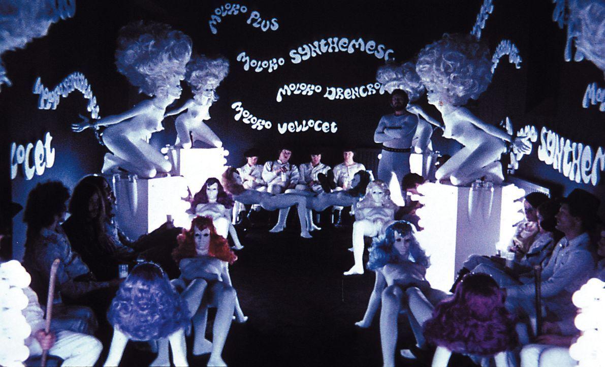 Alex (Malcolm McDowell, hinten M.) ist Anführer der Droogs, einer brutalen Jugendgang in London. Sie putschen sich in der Korova-Milchbar mit Drogen... - Bildquelle: Warner Bros. Television