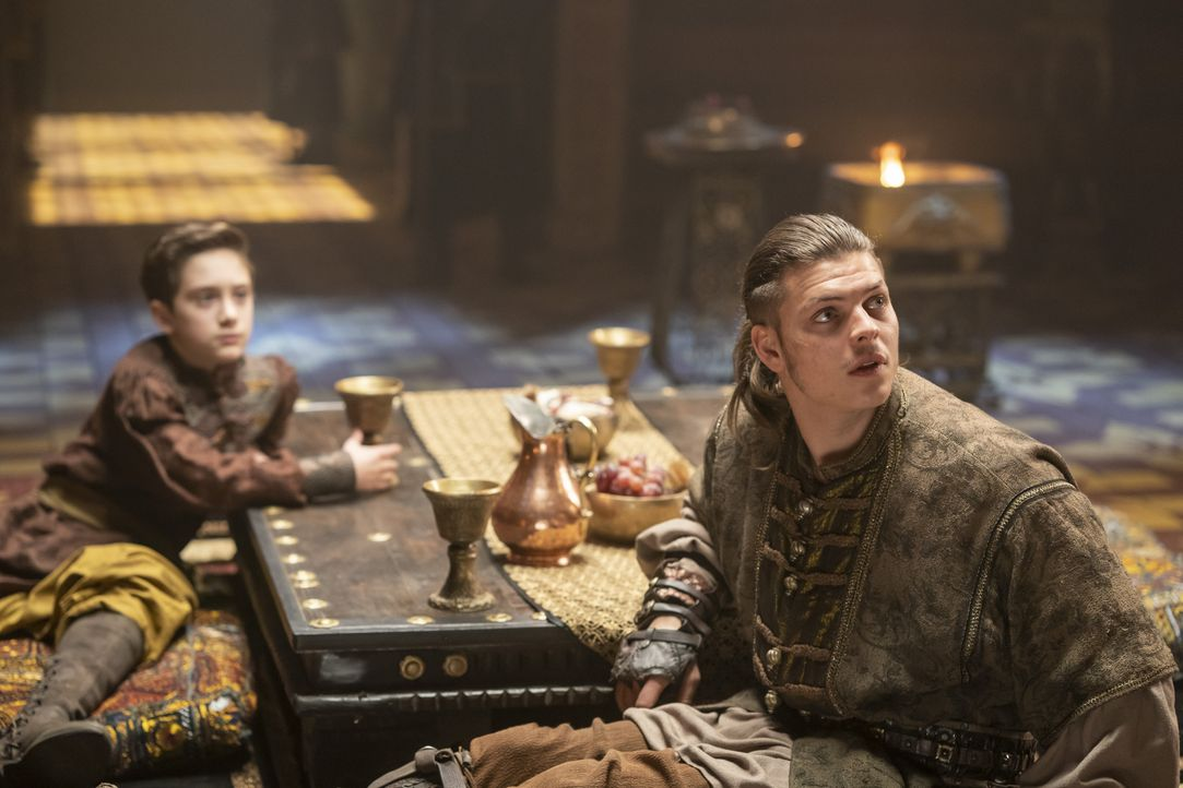 Igor (Oran Glynn O'Donovan, l.); Ivar (Alex Høgh Andersen, r.) - Bildquelle: 2020 TM Productions Limited / T5 Vikings IV Productions Inc. All Rights Reserved. An Ireland-Canada Co-Production.