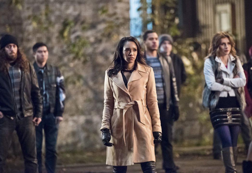 Iris (Candice Patton, M.) macht sich Sorgen um Wally, weil er immer noch ständig an illegalen Autorennen teilnimmt - zu Recht? - Bildquelle: 2015 Warner Brothers.