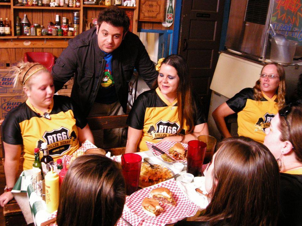 """Nachdem er in Durham den sogenannten """"Abfall-Burger"""" probieren durfte, zieht es Adam (2.v.l.) in das beliebte Coyote Bluff Café in Amarillo, das vor... - Bildquelle: 2008, The Travel Channel, L.L.C."""