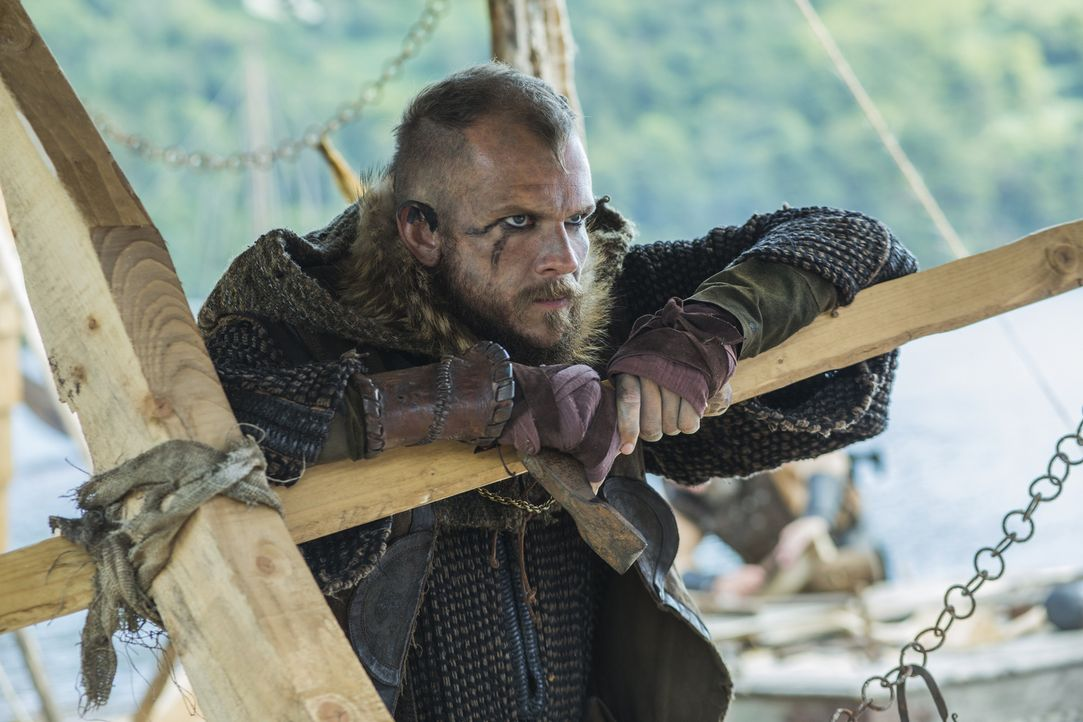 Sieht nicht gerne, dass sich Athelstan und Ragnar so gut verstehen: Floki (Gustaf Skarsgård) ... - Bildquelle: 2015 TM PRODUCTIONS LIMITED / T5 VIKINGS III PRODUCTIONS INC. ALL RIGHTS RESERVED.