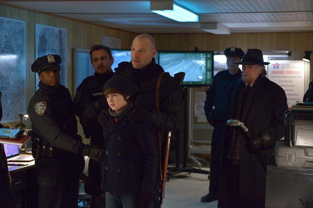 Können Zach (Max Charles, vorne), Eph (Corey Soll, M.) und Abraham (David Bradley, r.) Justine und das Militär davon überzeugen, dass Red Hook nicht... - Bildquelle: 2015 Fox and its related entities. All rights reserved.